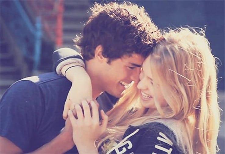 Картинка про парня и девушку с надписями, колыбелью поздравления марта
