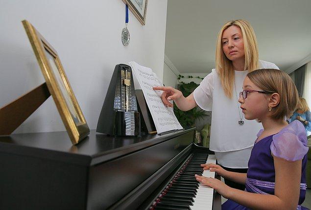 Piyano eğitiminin yanında solfej eğitimi de almaya devam eden Nisan Öksüz, piyanosunun başında sistemli bir şekilde çalışmaya devam etti.