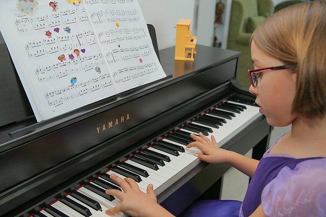 Küçük yaşına, piyanonun pedalına ayağının zor yetişmesine rağmen azimle çalışan küçük piyanist, Devlet Tiyatroları Opera ve Balesi Çalışanları Yardımlaşma Vakfının yıl sonu etkinliklerinde de konser verdi.