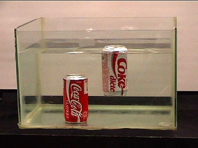 16. Diyet bir kola suyun yüzeyinde kalırken, normal kola batar.