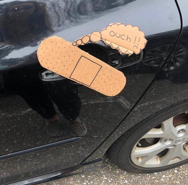 8. Erkek kardeşi yanlışlıkla arabanın kapı kolunu kırmış ve sonrası hüsran, komik olduğunu düşünerek kocaman bir yara bandı yapıştırmış.