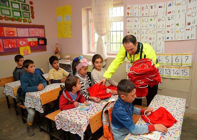 Yücel, yıllık ve nöbet izinlerinde Türk bayrağı asılı bisikletine hikaye kitapları ve kırtasiye malzemeleri yükledi.
