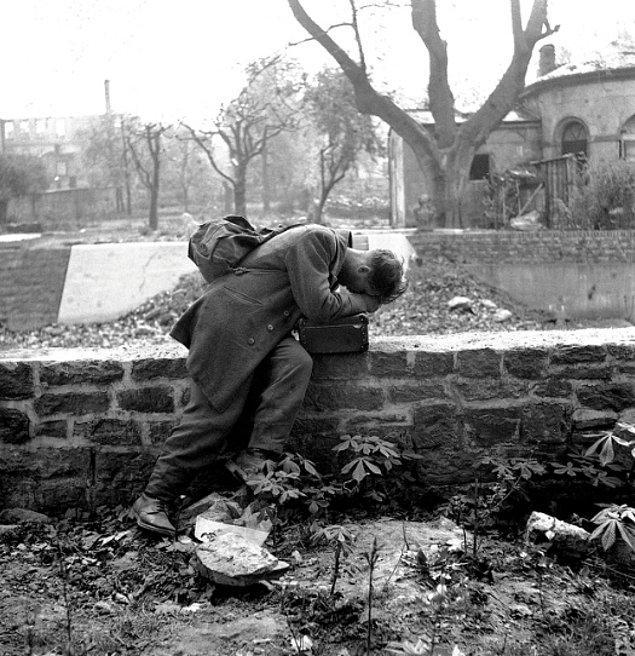 Tutsak olarak tutulan Alman asker evine döndüğünde tek bulduğu moloz yığını, 1947.