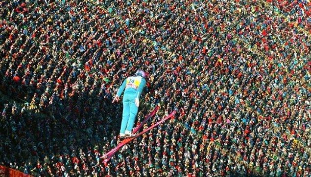 Eddie Edwards Calgary Kış Olimpiyatları'nda kalabalığın üzerinden süzülürken, 1988.