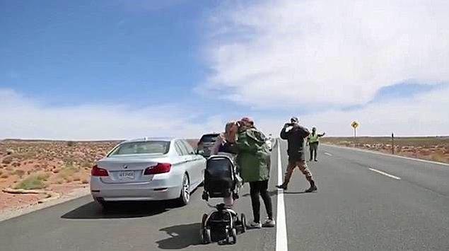 Bitiş çizgisine vardığında, bebekleriyle birlikte bekleyen kız arkadaşının yanına gelip dizlerinin üstüne çöktü.