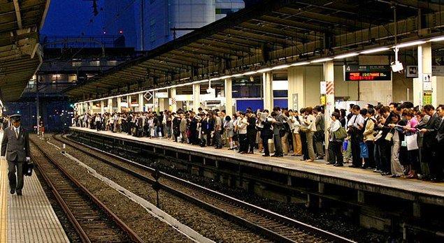 Tren vaktinden 25 saniye erken kalınca yetişemeyen yolcular West Japan Railway adlı firmayı şikayet yağmuruna tuttu.