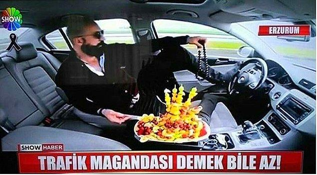 2. Adam meyve tabağı ile birlikte geziyor.