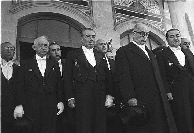 1945 yazında Menderes, Bayar, Koraltan ve Köprülü tarafından meşhur ''Dörtlü Takrir'' verildi. Her ne kadar açıkça ifade edilmese de çok partili düzene göz kırpılıyordu.