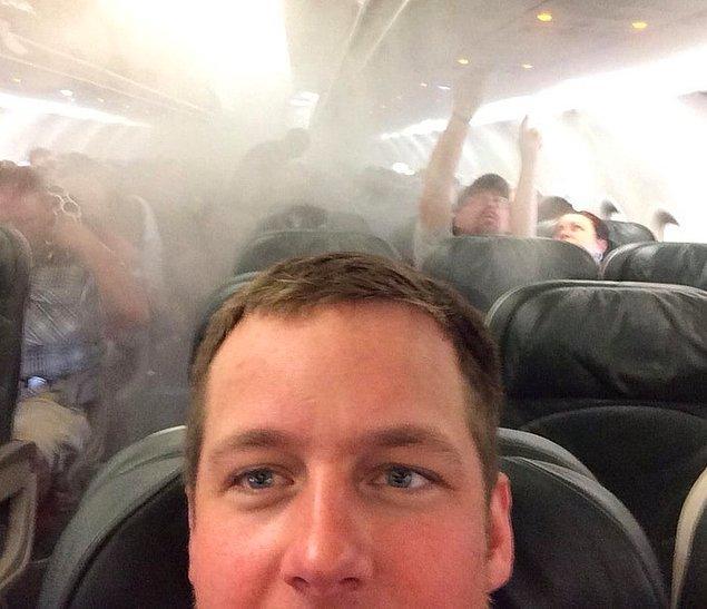 """17. """"Uçak alev mi aldı? Bir saniye selfie çekmem lazım."""""""