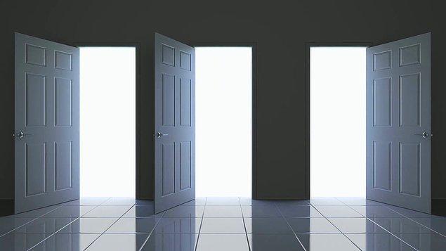 Soru: Bir labirentten kaçmaya çalışıyorsun. Önüne üç kapı çıktı. Soldaki kapı cehennemden farksız bir odaya çıkıyor. Ortadaki kapı ölümcül bir katilin yanına. Sağdaki kapıysa üç aydır yemek yememiş bir aslanın kucağına. Hangi kapıyı seçersin?