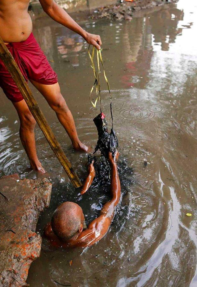 Sosyal hizmet görevlilerine göre her yıl 100 kişi kanalizasyon temizlerken hayatını kaybediyor.