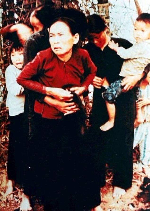 6. Bu fotoğraf çekildikten dakikalar sonra, Vietnamlı kadın ve çocukları Amerikalı askerler tarafından öldürüldü.