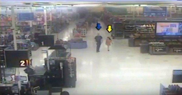 12. 8 yaşındaki Cherish Perrywinkle'ın katili ile alışveriş merkezinden çıkarkenki son görüntüsü.