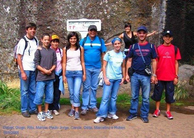 21. Bu grup fotoğrafı çekildikten çok kısa bir süre sonra, dağdan düşen bir kaya parçası kırmızı tişörtlü çocuğun ölümüne sebep oldu.