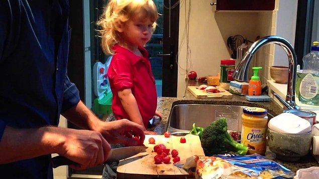 18. Birlikte pişirin, yemeği hazırlamaya yardım etmesi için teşvik edin.