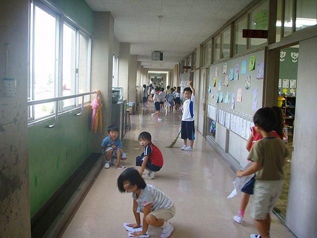 2. Japonya'da birçok okulda temizlik görevlisi yok bunun yerine temizliği öğrenciler yapıyor. Amacı ise öğrencilerin temizlik bilinci kazanması ve topluma daha yararlı bireyler olmayı öğrenmesi.
