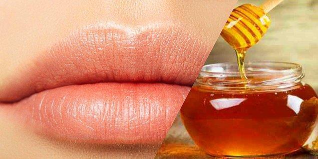 9. Çatlayan dudaklarınıza bal uygulayın.