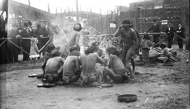 """1905 Yılında New York'ta bulunan bir """"İnsan Hayvanat Bahçesi"""". Filipinli yerli insanların tutsak edilip sergilendiği o anlardan bir tanesi..."""
