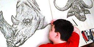 Мальчик по памяти создаёт рисунки животных, прорисовывая при этом каждую мелкую деталь