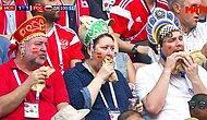 «Играйте так, как мы едим!»: Трое жующих болельщиков в кокошниках стали звездами соцсетей и мемами