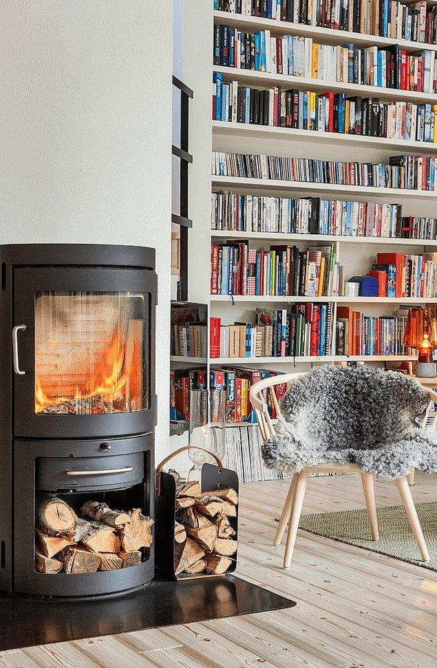 9. Konforlu bir İskandinav evi, şömine ve okuma köşesi olmadan düşünülemez.