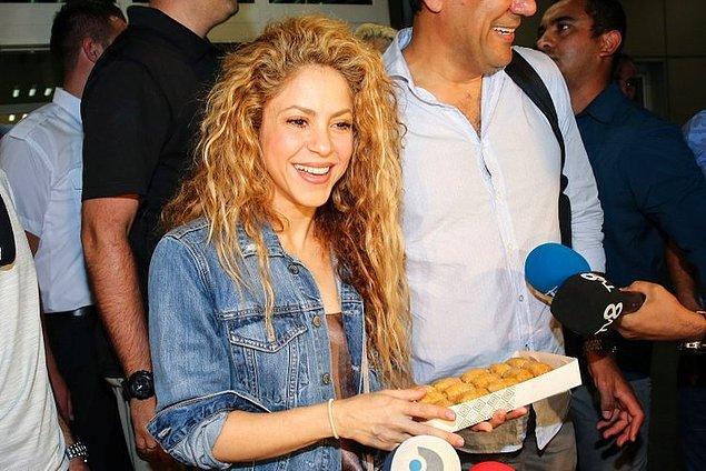 1. Konser vermek üzere İstanbul'a gelen Shakira baklavayla karşılandı.