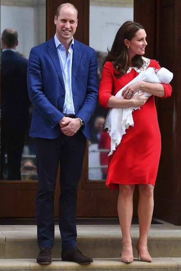 Kate Middleton ve Prens William 23 Nisan'da yerel saatle saat 11.01'de dünyaya gelen bebişlerini Kate'in doğum yaptığı hastane önünde tüm dünya ile tanıştırmışlardı.
