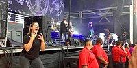 Девушка настолько эмоционально переводила на язык жестов песню метал-группы, что стала настоящей звездой