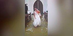 Вода не помеха: На Филиппинах провели свадебную церемонию в затопленной церкви