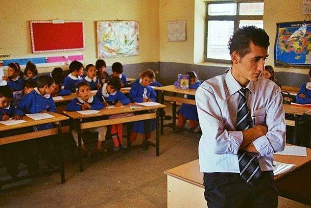 10. Eveeeeet 'İki Dil Bir Bavul' harika bir belgesel. Türk öğretmenin, uzak bir Kürt köyündeki bir yılını izliyoruz. Öğretmen Kürtçe bilmiyor, çocuklar ise Türkçe. Sizce bir yılda birbirlerine dillerini öğretebilmişler midir?