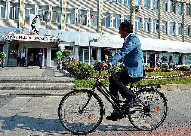 Ama bir başkan çıkıyor, umut saçıyor... Kırşehir Belediye Başkanı Yaşar Bahçeci makam aracı yerine bisiklet kullanıyor.