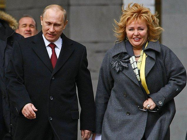 Bu sırada Aeroflot firması için bir uçuş görevlisi olarak çalışan Lyudmila, Fransızca, Almanca ve İspanyolca bilmekte.