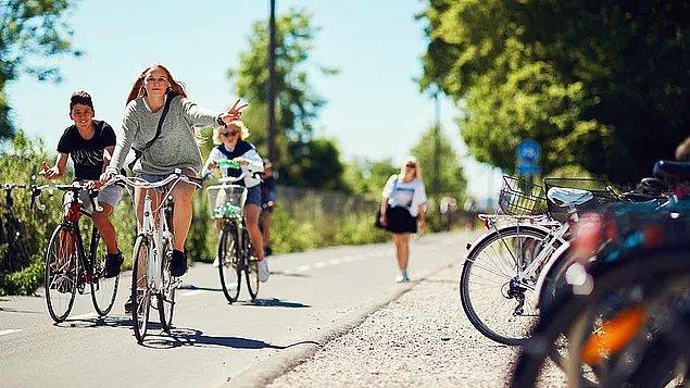 Danimarka'da ebeveynler, 6-7 yaşlarından itibaren çocuklarının tek başına bisikletle okula gidip gelmelerine izin veriyorlar.