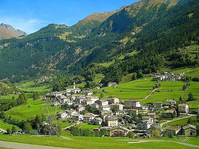 """İsviçre ordusu ülkedeki köylerin orta yerinde """"ülke evleri"""" adını verdiği, ustalıkla gizlenmiş evlerde tam donanımlı barınakları her an kullanıma hazır durumda tutuyor."""