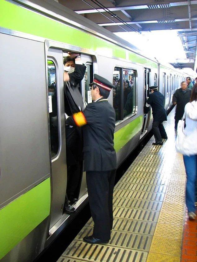 """Japonya'da yoğun saatlerde insanları metroya sığmaları için ittiren görevlilere """"Oshiya"""" adı veriliyor."""