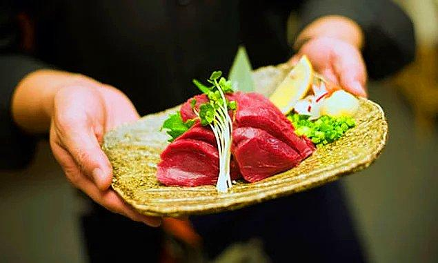 Çiğ at eti, Japonya'da popüler bir yiyecek.