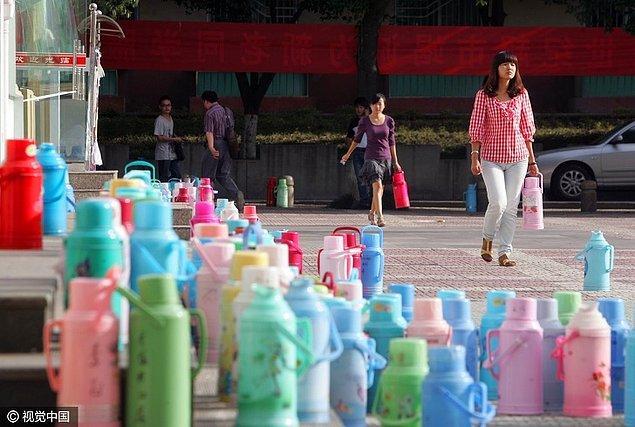 12. Çin'de insanlar genelde yanlarında içerisinde sıcak su bulunan termos taşıyorlar. Sıcak su içmek onları birçok hastalıktan koruyor.