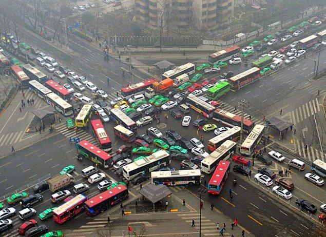 19. Çin'de yollar sürekli kalabalık olduğu için kendilerine göre kuralları var fakat dışarıdan gelen biri için bu kuralları anlamak oldukça zor...