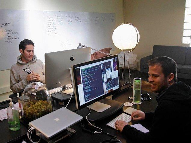 Nextstop'ta çalışırken, Systrom kendi uygulamasını geliştirdi ve ona ''Burbn'' ismini verdi.