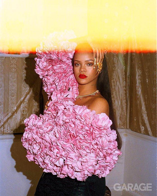 12. Rihanna kıpırdamadan dursa da güzel, kırmızı ruja gerek yok.