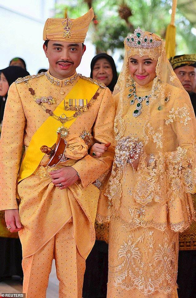 5. Brunei: Brunei Darussalam Prensi Abdul Malik ve gelin Dayangku Raabi'atul Adawiyyah Pengiran Haji Bolkiah, 2015'teki düğün günlerinde uyumlu altın rengi kıyafetler giymişlerdi. Değerli taşlarla süslenmiş kıyafetlerinin yanında gelin zümrüt ve pırlantalardan oluşan bir taç ile uyumlu bir kolye taktı.