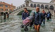 Наводнение в Венеции: туристы прогуливаются по пояс в воде