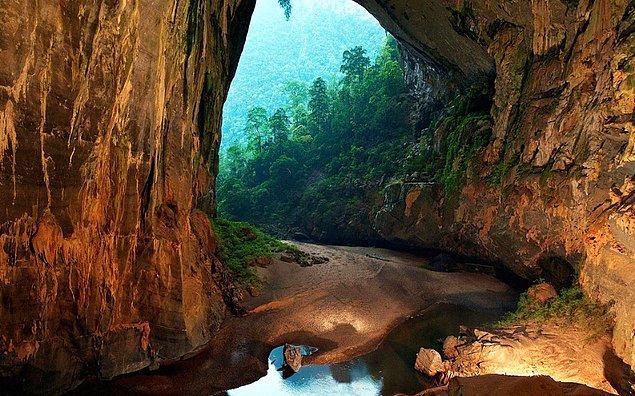 Vietnam'daki Hang Son Doong yaklaşık 152.4 metre derinliğindedir. İçinde yağmurlu zamanlarda bazı kısımların sel altında kalmasına neden olan bir nehir bulunmaktadır. İçeride bitkiler ve ağaçlar da vardır.