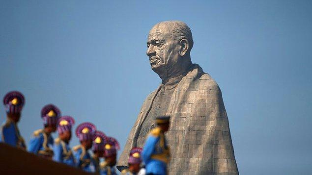 Sardar Vallabhbhai Patel'in ülkesine olan katkıları ve Hindistan halkına ilham kaynağı olduğu için, Gujarat eyaletinde inşa edilen 182 metrelik dünyanın en uzun heykeli törenle açıldı.