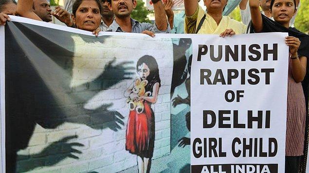 Hindistan'da bu yıl değiştirilen yasalar, 12 yaşından küçük çocuklara tecavüz edenlere idam cezası verilmesine olanak tanımıştı.
