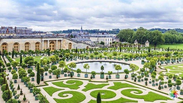 Versay'ın meşhur bahçelerinde ise ünlü peyzaj mimarı Andre Le Notre'nin imzası var...