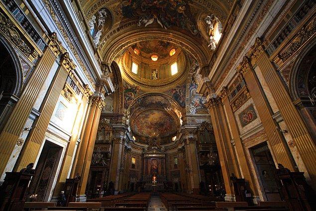 Giacomo de Vignola'nın ölümünün ardından cephenin tasarımını yapma işini Vignola'nın öğrencisi Giacomo della Porta üstlenmiş.