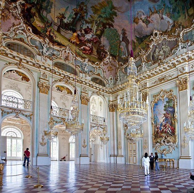 Sarayın inşasına 1664 yılında başlanmış. Bu güzelliği çizimden gerçeğe dönüştüren ise İtalyan mimar Agostino Barelli...