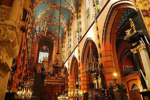 Temelleri 13. yüzyılda atılan ve inşası 14. yüzyıla kadar süren bu bazilikanın yapımında tuğla kullanılmış...
