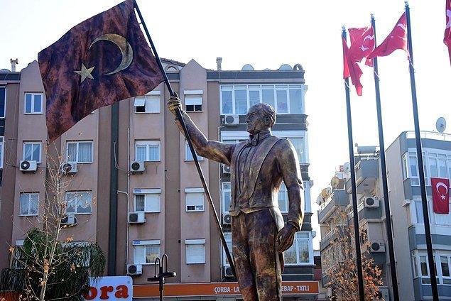 Bazı vatandaşlar, heykelin yüz hatlarının Atatürk'e benzemediğini, başka biri gibi gözüktüğünü belirterek Buca Belediyesi'ni eleştirdi.